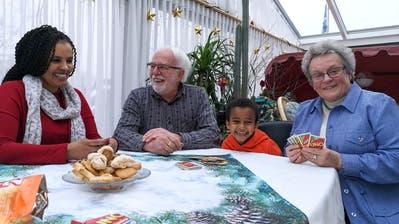 Miriti Kuflu, Alfred und Annalis Müller und der kleine Mereb spielen Uno. (Bild: Martina Eggenberger)