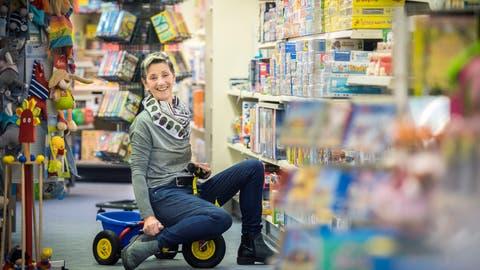Spass am Spiel hat Spiwal-Besitzerin Heidi Walraf. Sie schliesst ihren Laden Ende März. (Bild: Reto Martin)