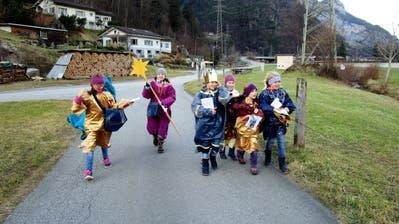 Die Sternsinger sind sich bei keinem Wetter zu schade, singend um die Häuser zu ziehen und Spenden zu sammeln. (Bild: PD)