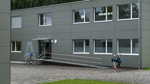 Die Schul-Modulbauten auf der KrienserKrauerwiese. Bild: Boris Bürgisser (3. Juni 2016)