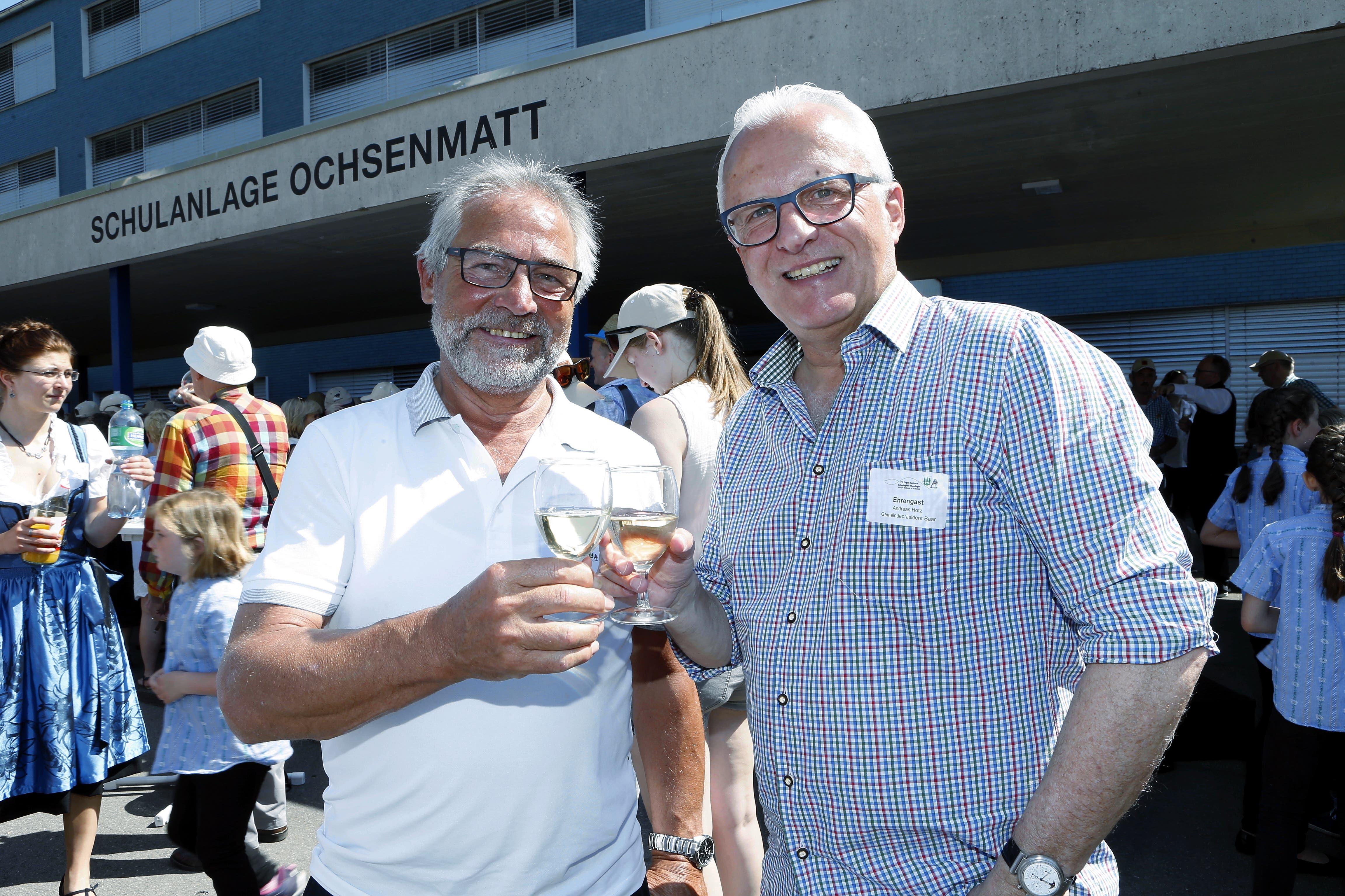 Grund zum Anstossen fanden die beiden oft. Zum Beispiel im April 2018 am Zuger Kantonalschwingfest in Menzingen... (Bild: Werner Schelbert)