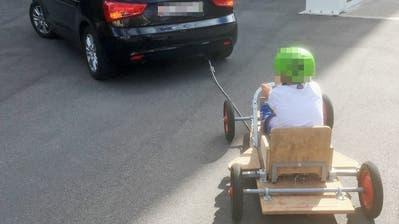 Ein Vater transportierte die Seifenkiste mitsamt Sohn im Schlepptau. (Bild: Kapo TG)