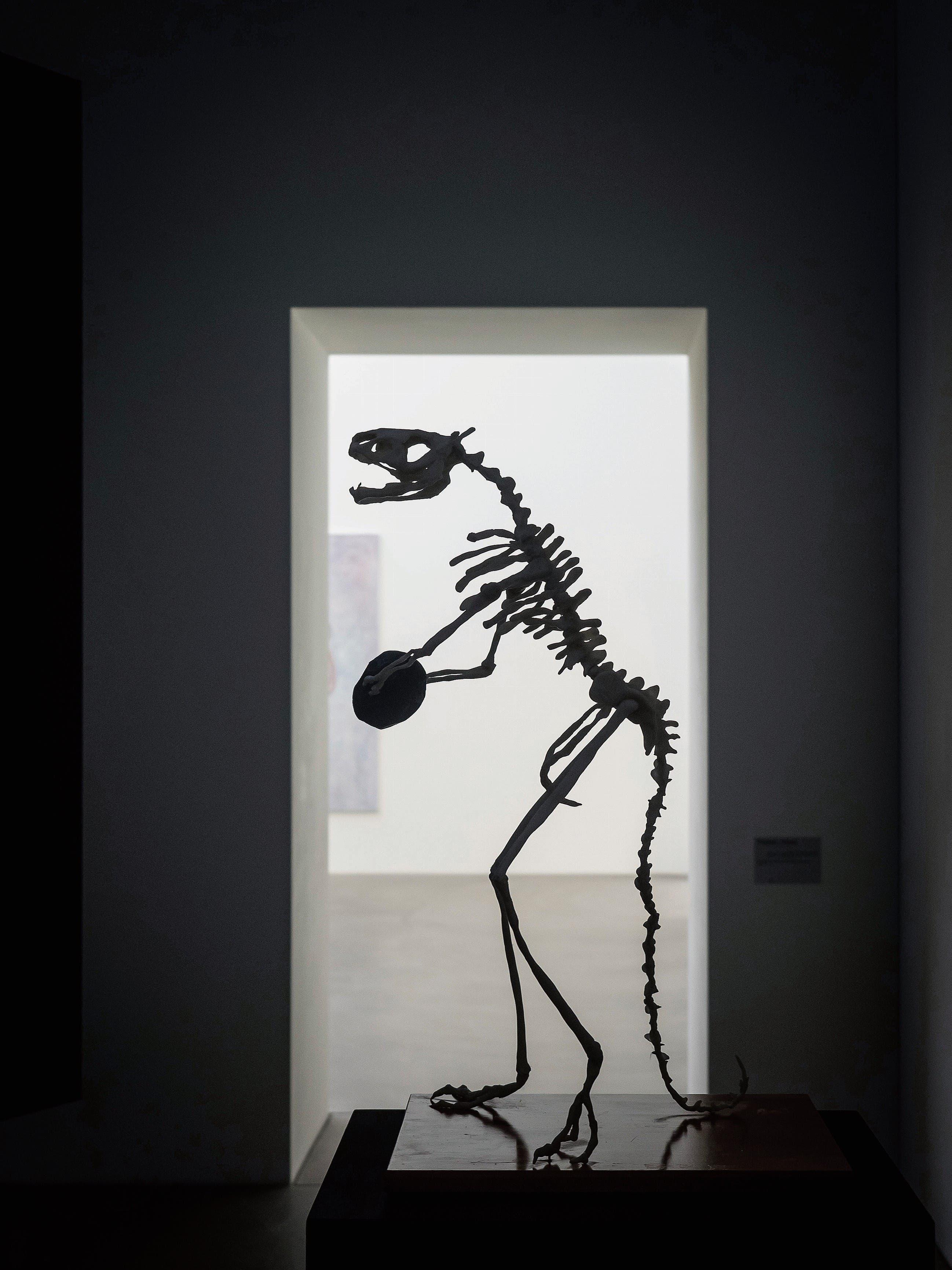 «Diskurs mit einem Dinosaurier» lautet der Titel der humorvollen Skulptur Thomas Stüssis im Kunstmuseum Appenzell. Hält der «Fake»-Dinosaurier ein Stück des Meteoriten, der zu seinem Verderben wurde? (Bild: Hanspeter Schiess)
