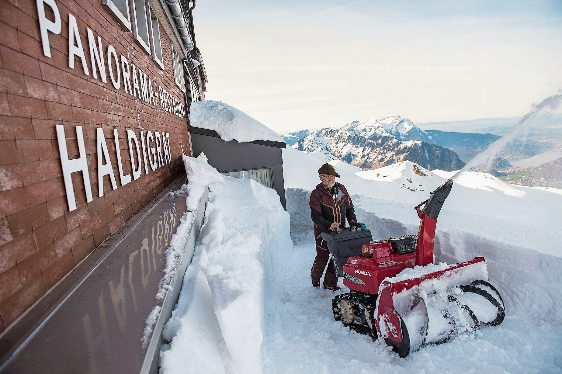 Soll noch einer sagen, wir hätten keinen Winter gehabt: Kurt Mathis beim Schneefräsen auf dem Haldigrat. (Bild: Dominik Wunderli (24. Januar 2018))