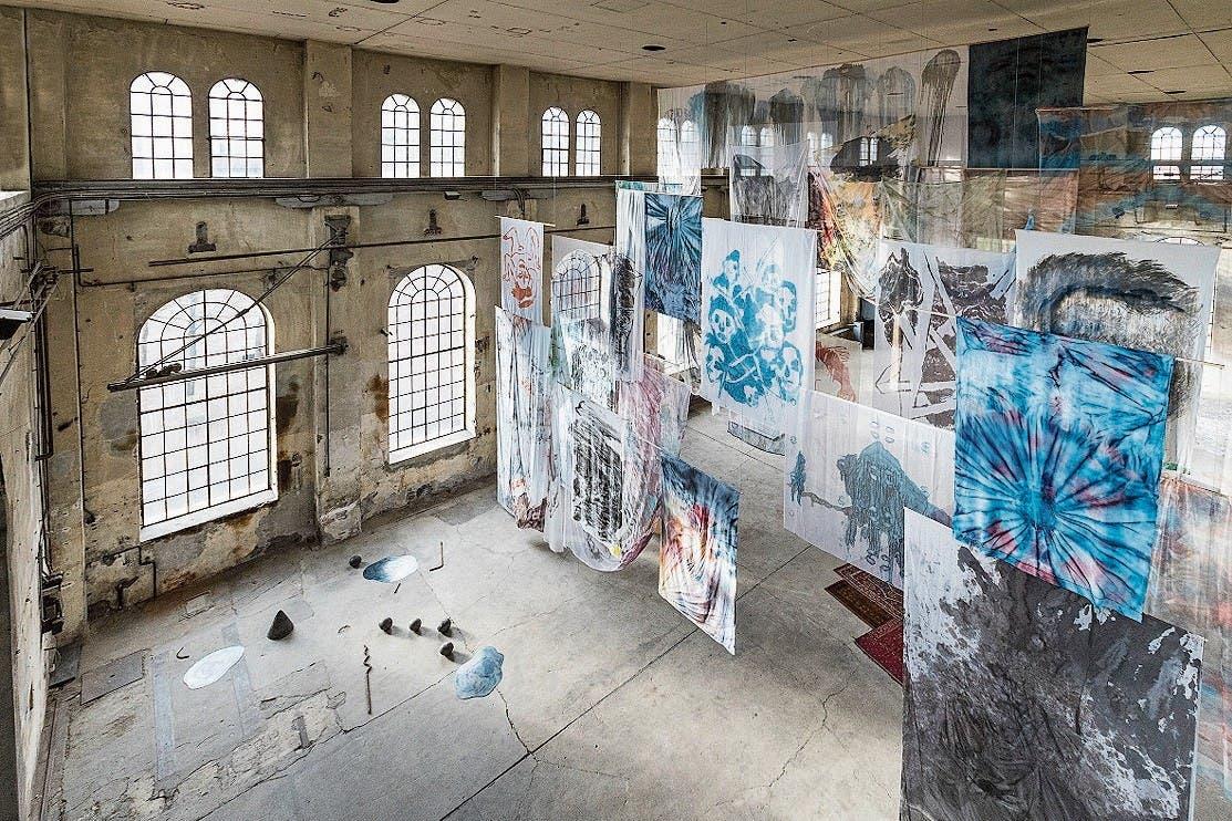 Im Kunstraum Dornbirn hat Lika Nüssli ihre stetig wachsende Zeichnungsinstallation «Drawinghell» an der elf Meter hohen Decke befestigt. (Bild: Anna Tina Eberhard)