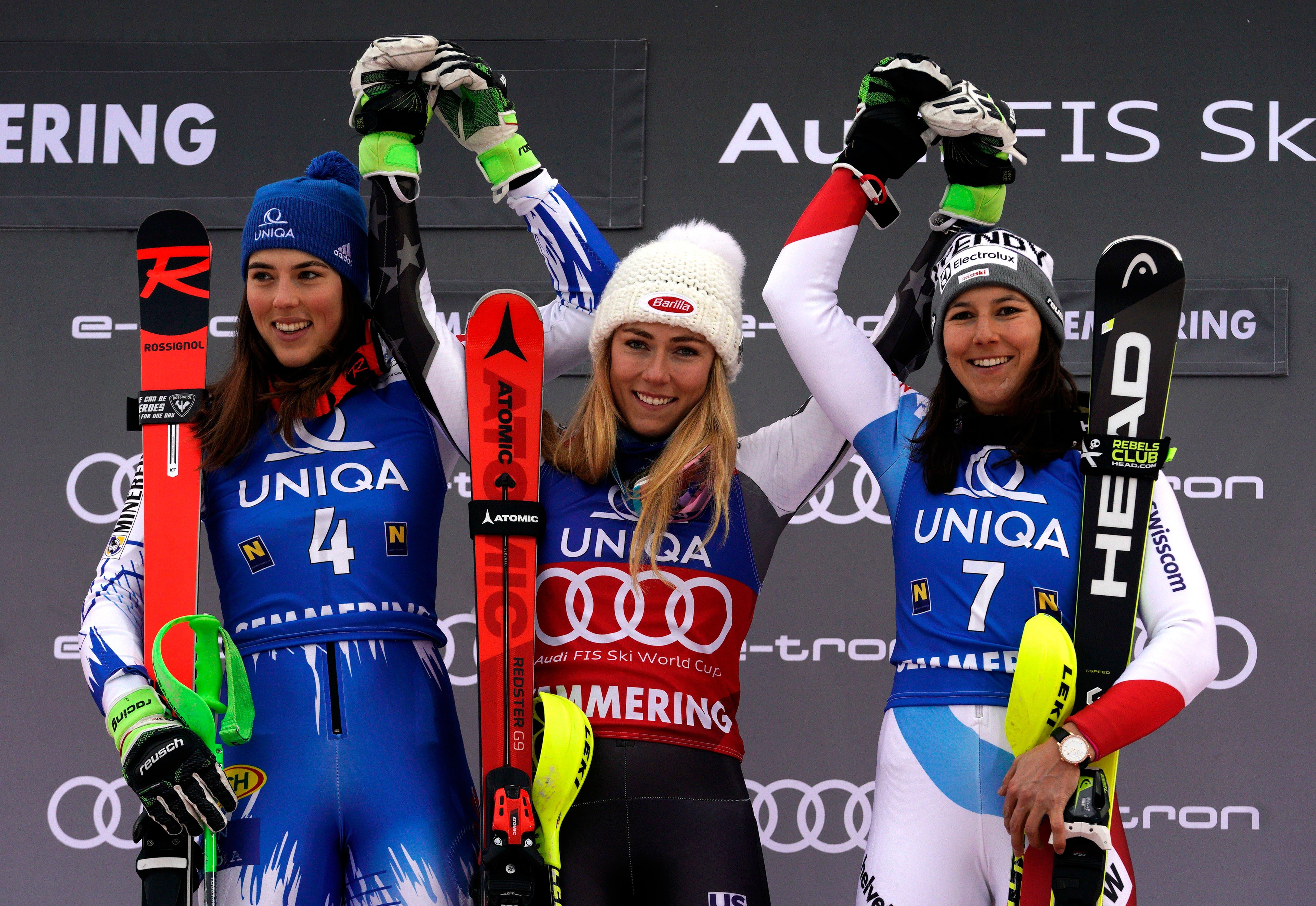 Wendy Holdener sichert sich in Semmering ihren ersten Slalom-Podestplatz in diesem Winter. Sie wird Dritte hinter der Amerikanerin Mikaela Shiffrin und der Slowakin Petra Vlhova. (Bild: AP Photo/Giovanni Auletta)