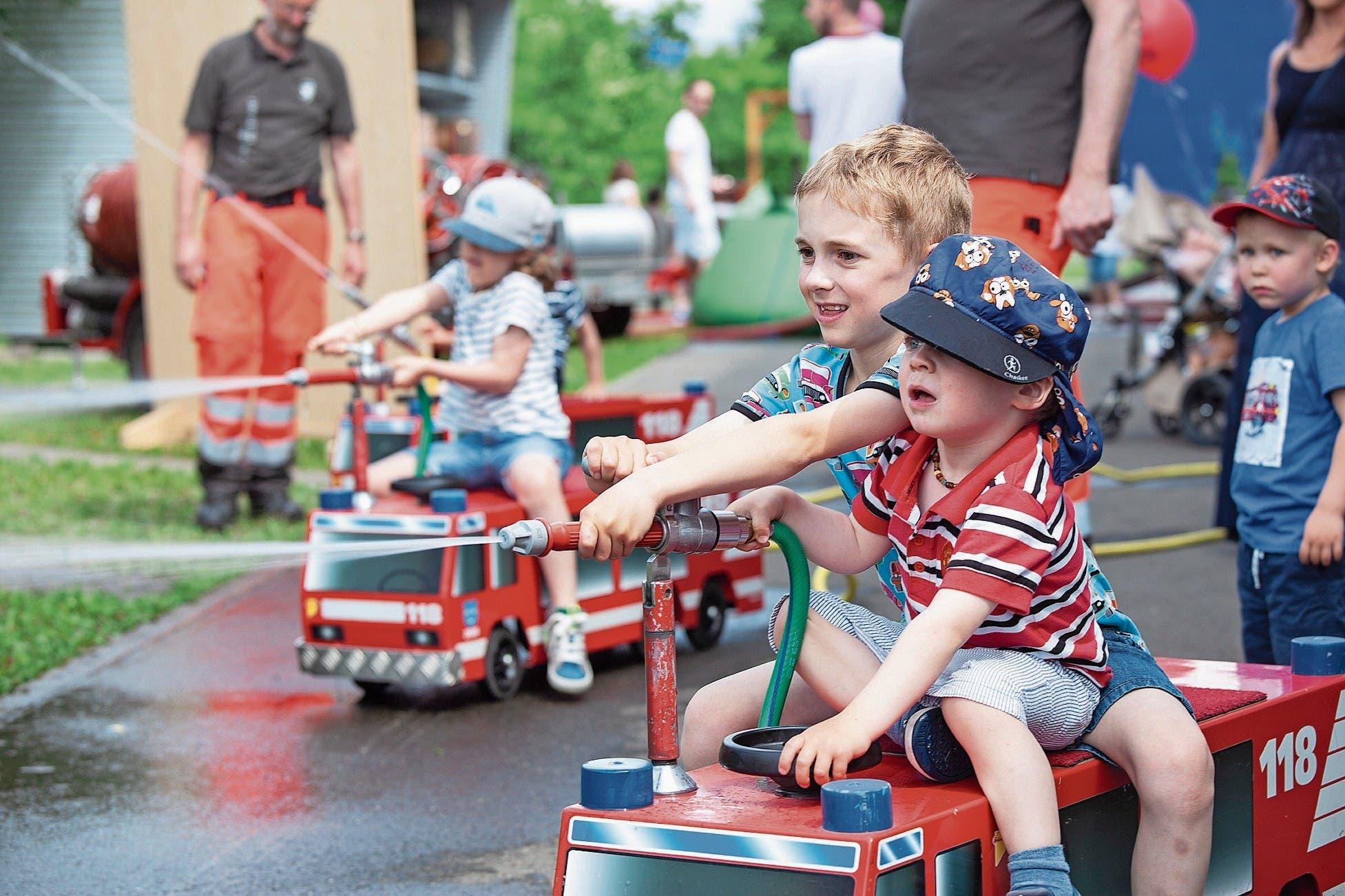 Für Nachwuchs scheint gesorgt: Kinder geniessen Löschfahrzeuge am Tag der offenen Tür der Stützpunktfeuerwehr. (Bild: Edi Ettlin (26. Mai 2018))