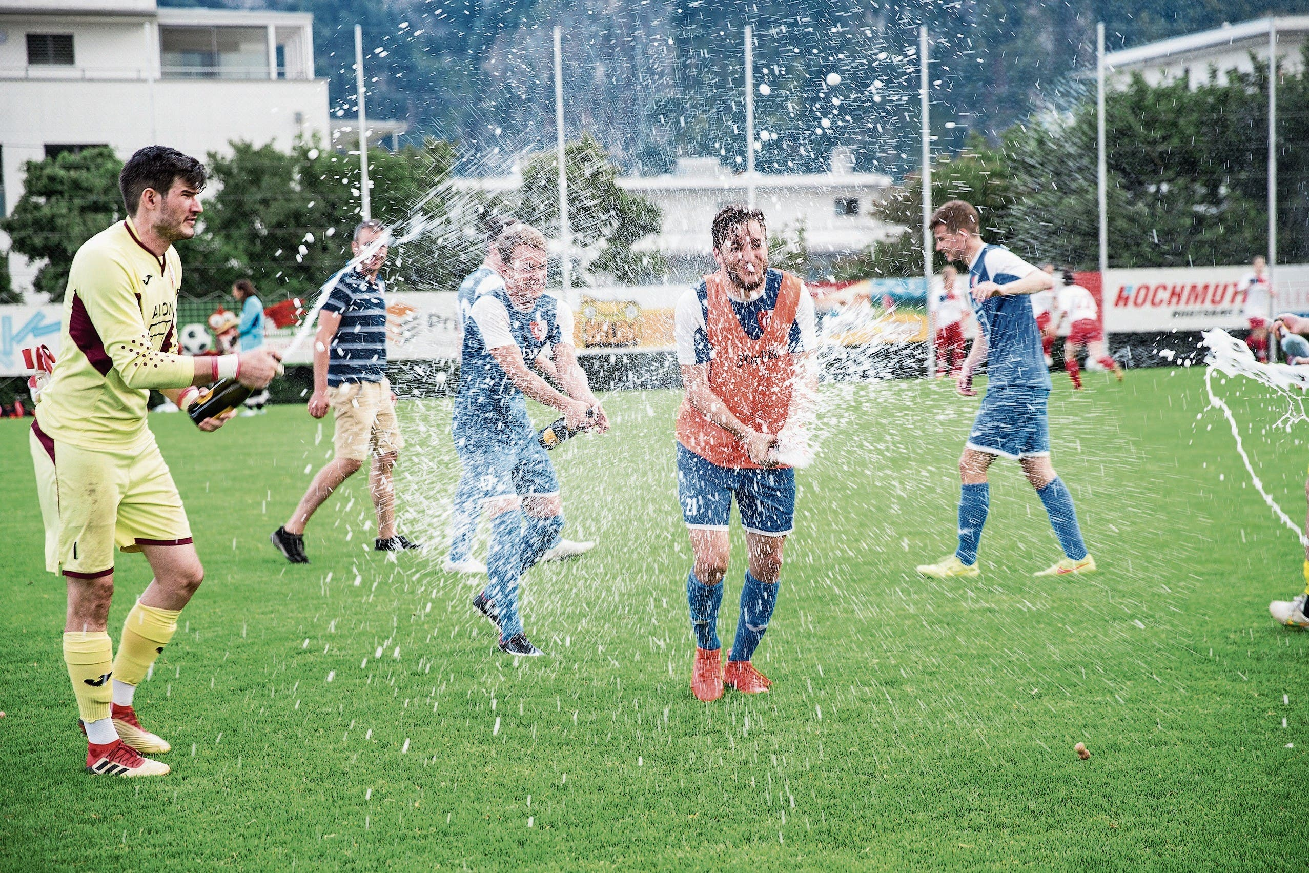 Hergiswils 2.-Liga-Fussballer feiern den Meistertitel. (Bild: Manuela Jans-Koch (9. Juni 2018))