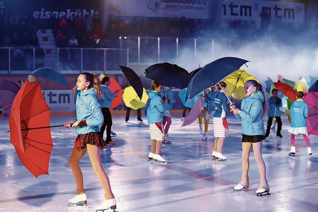 Mit Regenschirm und Charme begann die Show.