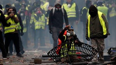 Strassenkämpfe auf den Champs Elysées in Paris am 1. Dezember. Die Markenzeichen der «Gilets jaunes» sind die gelben Westen und die gemeinsame Wut. (Bild: EPA/Yoan Valat)