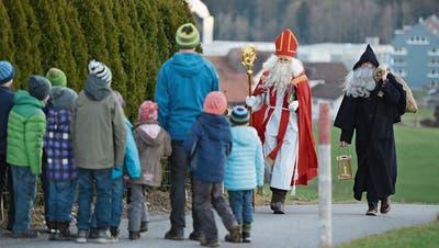 Samichlaus und Schmutzli der Chlausgruppe St.Martin auf Besuch. (Bild: PD)