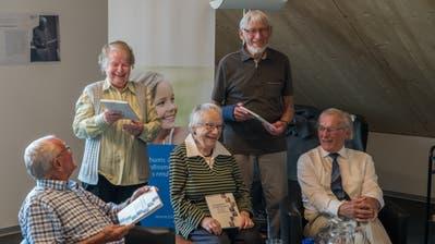 Fünf der Porträtierten mit dem Buch «Von Mistgabeln und Nächstenliebe». Dora Brügger ist die zweite von links. (Bild: PD)