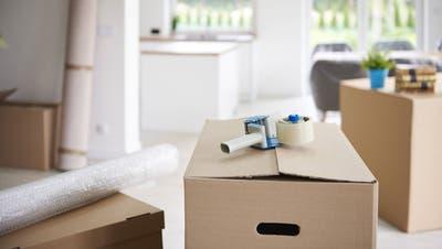 Umziehen heisst nicht nur Kisten packen und schleppen, sondern auch zahlreiche Formalitäten abwickeln. (Bild: Imago)