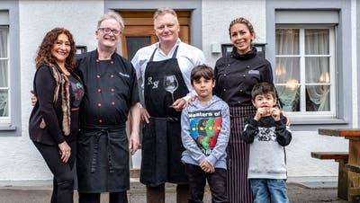 Der neue «Landhaus»-Wirt Angelo Meloni mit Gattin Angie, Sommelier René Nohl und Angie Meloni mit ihren beiden Kindern. (Bild: Jörg Rothweiler)