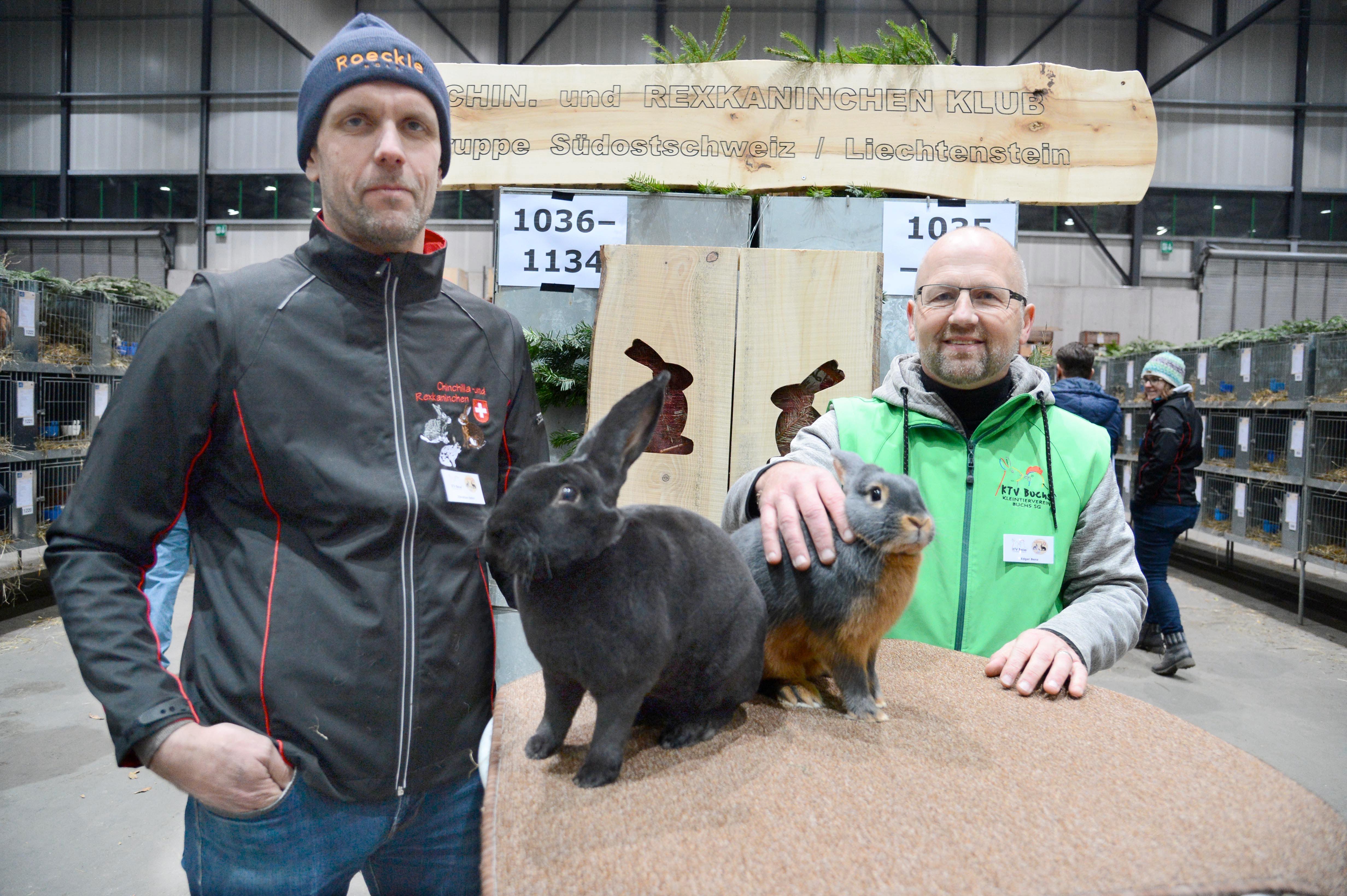 OK-Präsident Edgar Benz (rechts) zeigt sein blaues Lohkaninchen und OK-Vizepräsident Christian Oehri sein schwarzes Rex-Kaninchen.