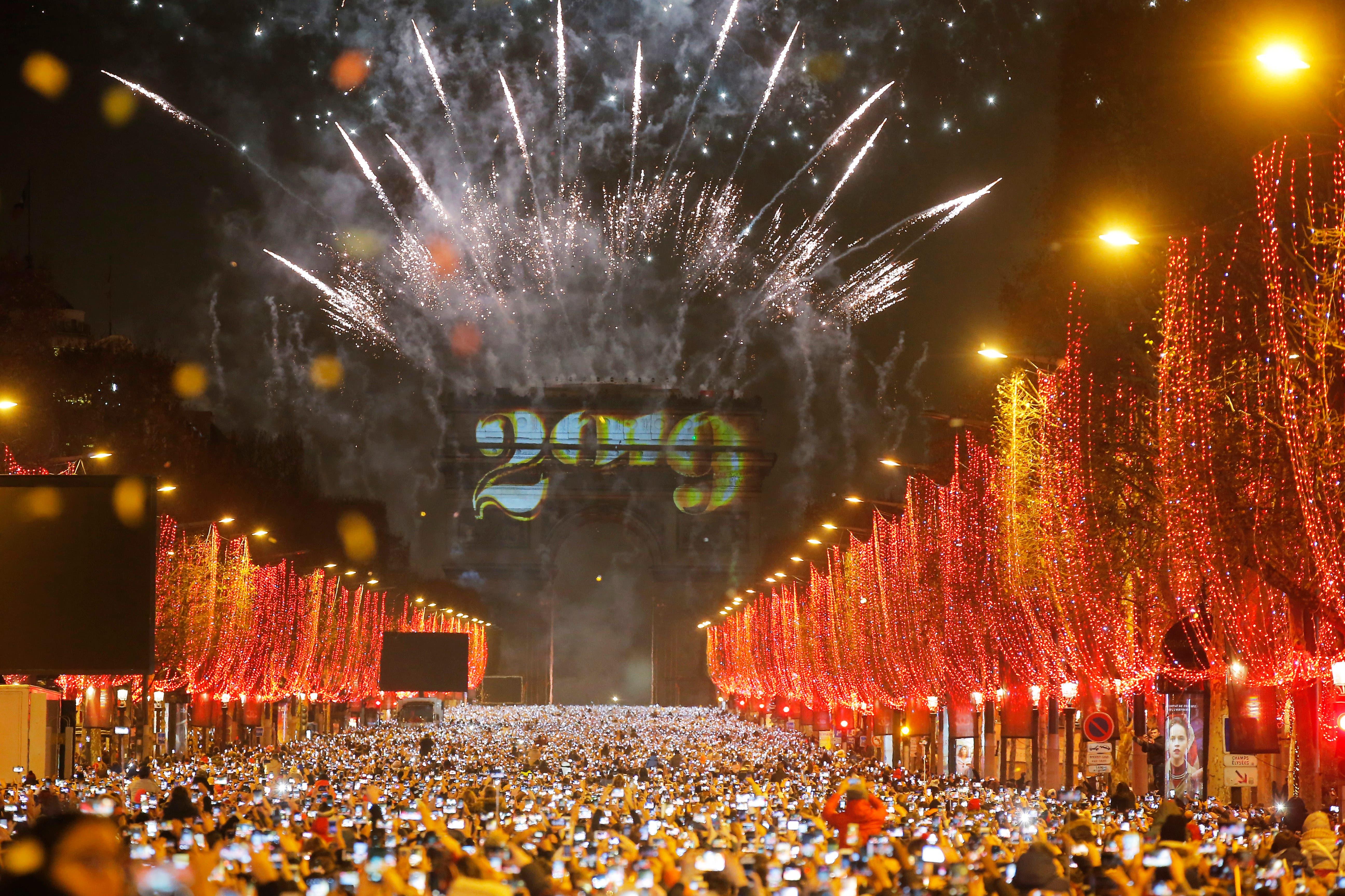 Frankreich: Der beleuchtete Triumphbogen in Paris. (Bild: AP Photo/Michel Euler)