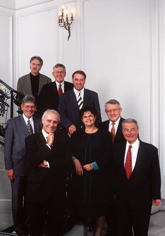 1998, Bild 1 (vorne, v.l.) Bundespräsident Flavio Cotti, Ruth Dreifuss, Jean-Pascal Delamuraz; (Mitte) Bundeskanzler François Couchepin, Arnold Koller; (hinten, v.l.) Moritz Leuenberger, Kaspar Villiger, Adolf Ogi.
