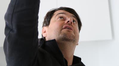 Ronnie Ambauen, Rorschacher Stadtrat und Architekt, begutachtet die Lampe aus Moos und Flechten. (Bild: Sandro Büchler)