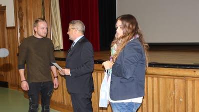 Gemeindepräsident Erich Baumann und Gemeindeschreiberin Iris Weber gratulieren Berufsweltmeister Kerim Hut. (Bild: Manuela Olgiati)