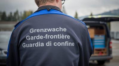 Grenzwächter im Einsatz im St.Galler Rheintal. (Bild: Samuel Schalch)