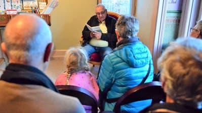 Pablo Erat macht den Weihnachtsgeschichtenerzähler und liest Franz Hohler. (Bild: Max Eichenberger)