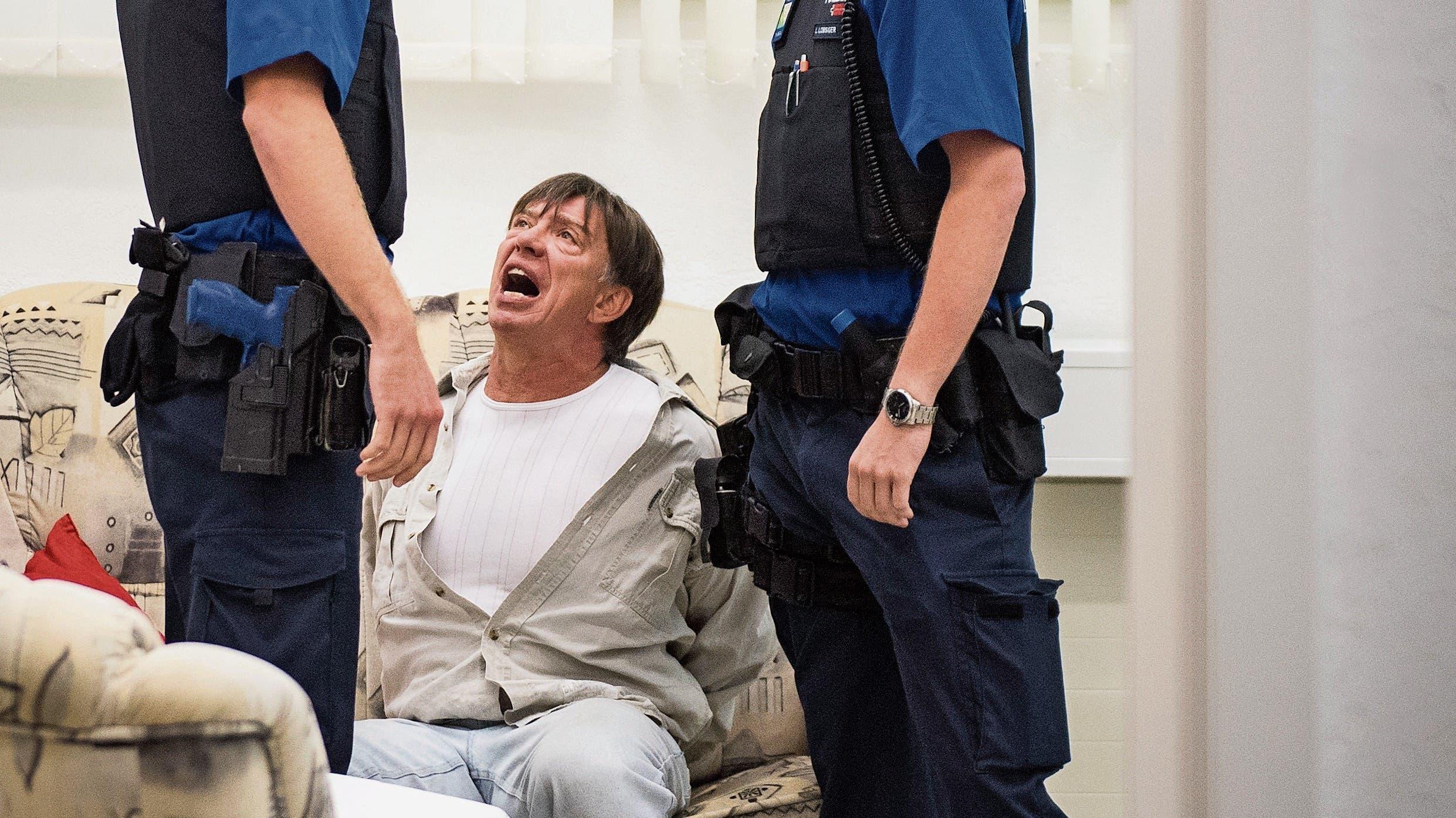Roland Lötscher verkörpert den krankhaft eifersüchtigen Ehemann verblüffend lebensecht. (Bilder: Reto Martin)