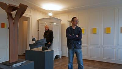 Fredi Bissegger (l.) und Stefan Rutishauser richten im alten Brenner-Haus ein; im Vordergrund Skulpturen von Markus Graf. (Bild: Dieter Langhart)