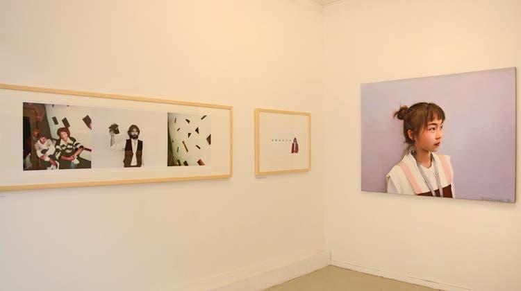 """Fotografische Arbeiten (links) und das Ölbild """"Wo gehen eigentlich die Gedanken hin"""" (rechts) von Bruno Bussmann in der Galerie Apropos in Luzern. (Bild: PD)"""