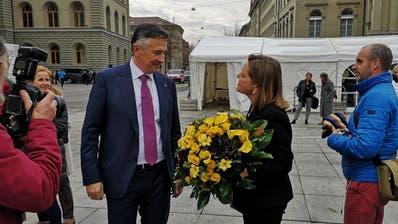 Sprachen sich gestern nach der verlorenen Wahl auf dem Berner Bundesplatz Trost zu: die Zentralschweizer Kandidaten Hans Wicki und Heidi Z'graggen. (Bild: Niels Jost)