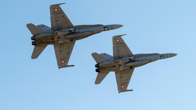 ARCHIV -- ZUM TAGESGESCHAEFT DER WINTERSESSION, AM DONNERSTAG, 29. NOVEMBER 2018, STELLEN WIR IHNEN FOLGENDES THEMENBILD ZUR VERFUEGUNG -- Two F/A-18 combat aircraft perform during a flight show of the Swiss Air Force in Axalp near Meiringen, Switzerland, on Wednesday, October 10, 2018. (KEYSTONE/Marcel Bieri)