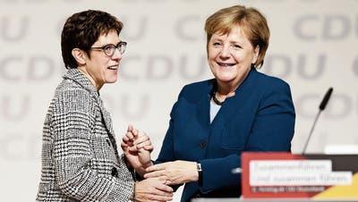 Eine zufriedene Angela Merkel (rechts) gratuliert Annegret Kramp-Karrenbauer zur Wahl. (Bild: Carsten Koall/Getty; Hamburg, 7. Dezember 2018)