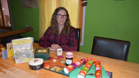 Elli Broxham hat die Speisen und Gegenstände, um Weihnachten wie in Wales zu feiern, bereits organisiert: Christmas Cake und Christmas Pudding, Mincemeat, Crackers und Mint-Chocolats. Bereit liegen auch die walisische Weihnachtsgeschichte und das Silberketteli. (Bild: Zita Meienhofer)