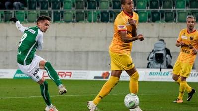 Jordi Quintillà (links) trifft herrlich zum 2:1 für den FC St.Gallen. (Bild: Freshfocus)