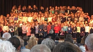 Schulkinder singen: «Dä Umbau isch verbi.» (Bild: Daniel Wirth)