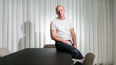 Psychiater Frank Urbaniok arbeitet in einer Gemeinschaftspraxis, in der er keinen festen Arbeitsplatz hat. Häufig installiert er sich in diesem Sitzungszimmer.(Bild: Sandra Ardizzone (Pfäffikon, 5. Dezember 2018)
