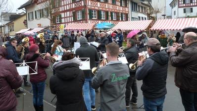 Die Bürgermusik Ettenhausen spielt mitten in der Marktgasse. (Bilder: Kurt Lichtensteiger)