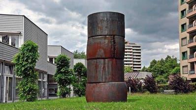 Mitten in der Überbauung Herti ragt «turris» drei Meter in die Höhe und bildet einen starken Kontrast zur Strenge der umliegenden Architektur. ((Bild Andreas Faessler))