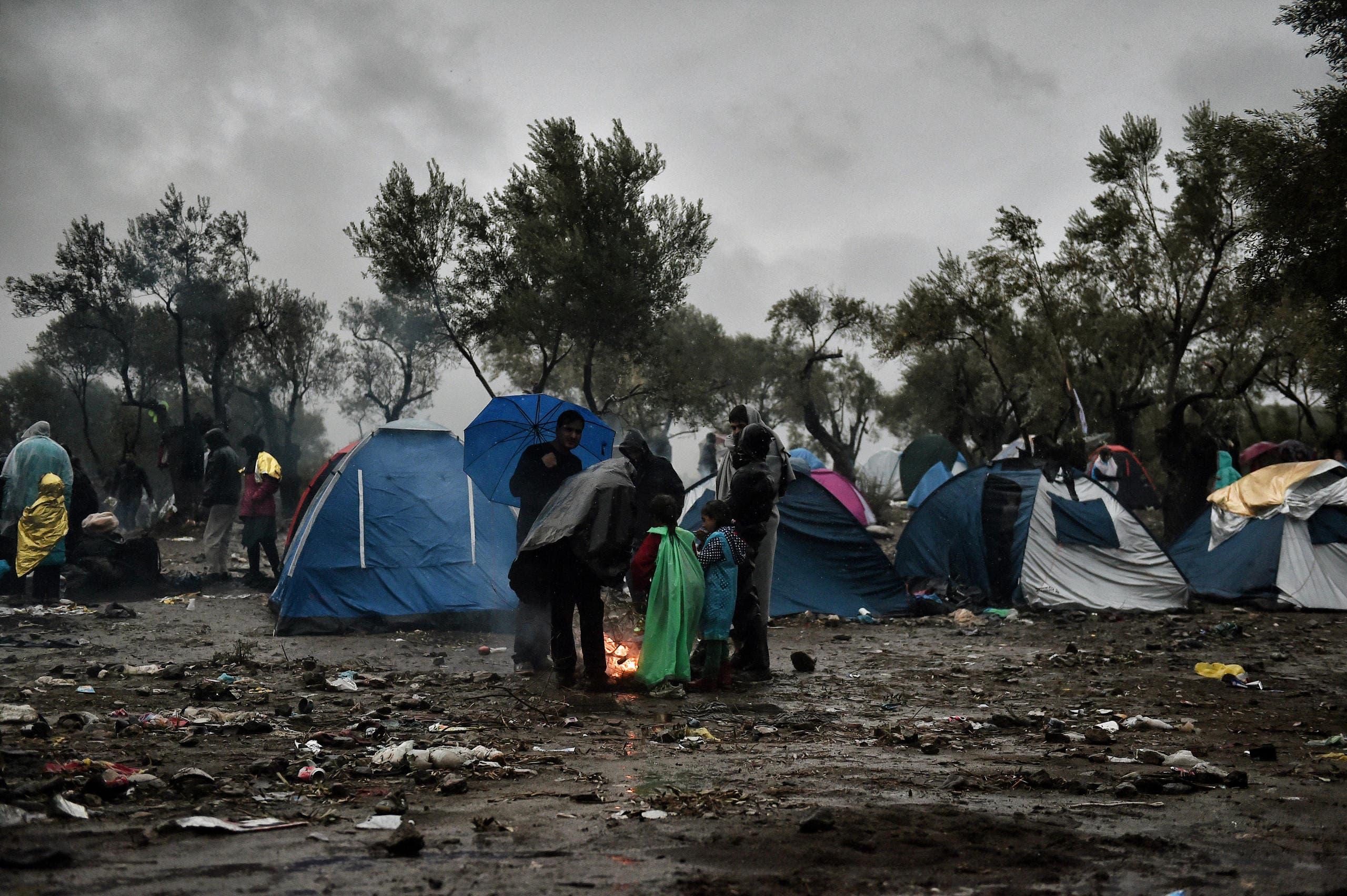 Flüchtlinge warten im starken Regen ausserhalb von Moria. (Bild: AFP/Aris Messinis)