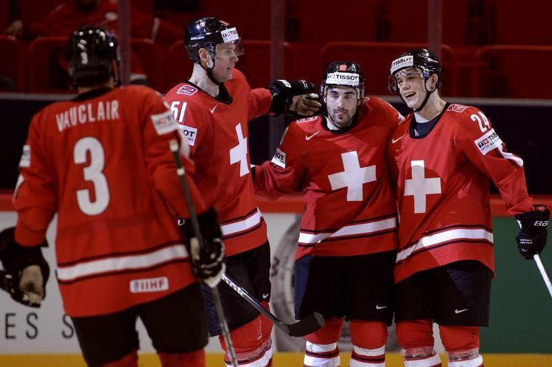 Feiern das 7:1 von Zug-Stürmer Reto Suri: Julien Vauclair, Ryan Gardner, Andres Ambühl und Reto Suri. (Bild: Keystone)