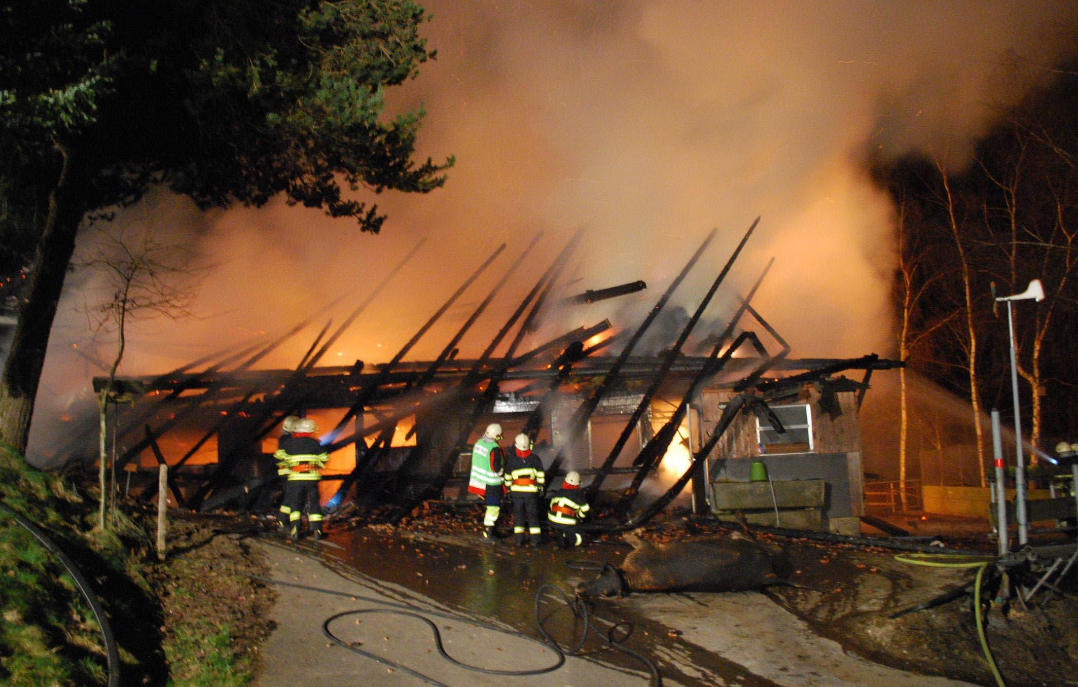 Als die Feuerwehr eintraf, stand das Gebäude bereits in Vollbrand. (Bild: Luzerner Polizei)