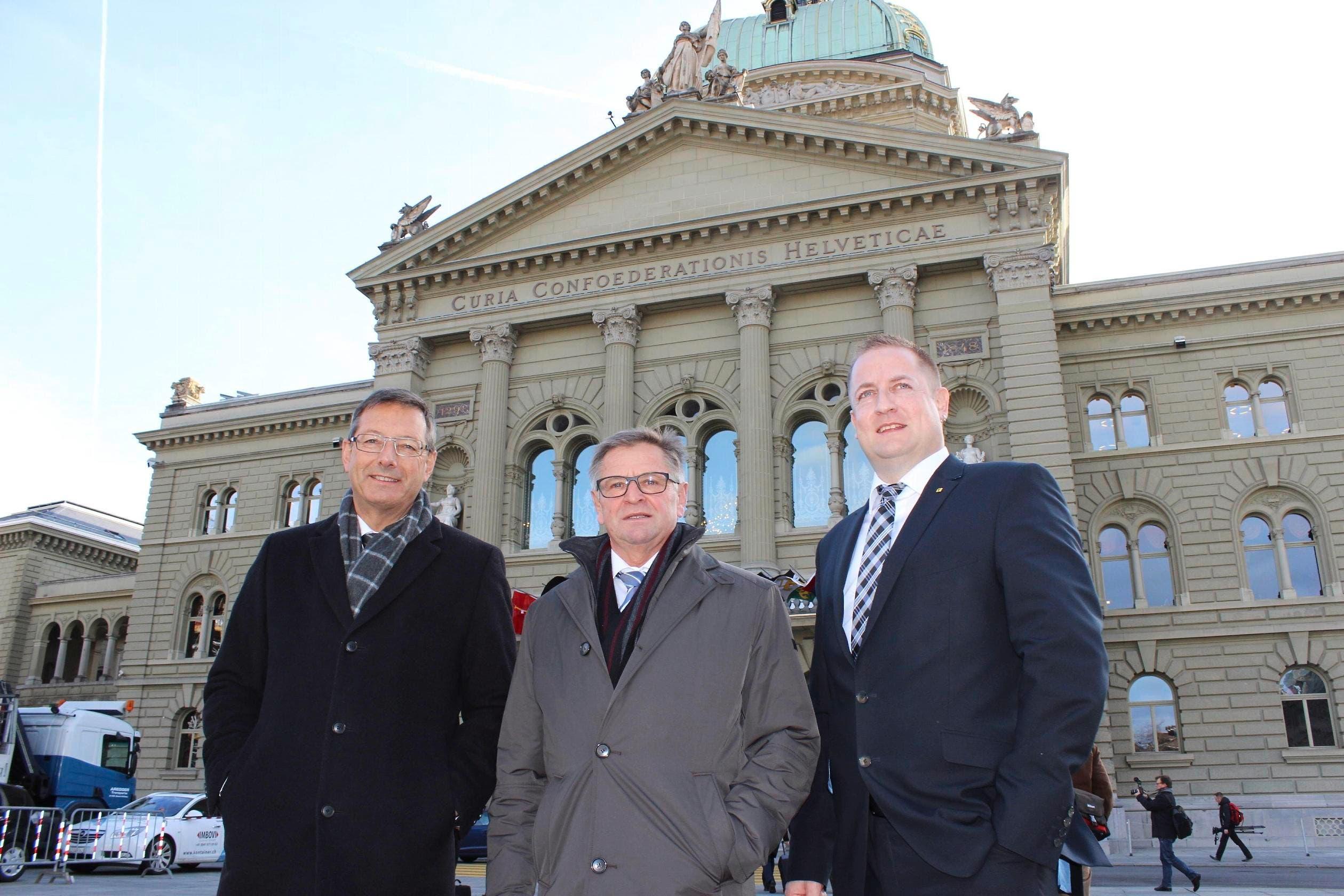 Die drei Urner Parlamentarier vor dem Bundeshaus in Bern, von links: Ständerat Josef Dittli, Ständerat Isidor Baumann und Nationalrat Beat Arnold. (Bild: Elias Bricker)