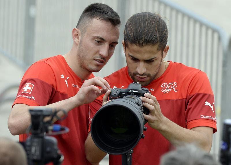 Josip Drmic (links) und Ricardo Rodriguez versuchen sich als Fotografen. (Bild: Keystone)