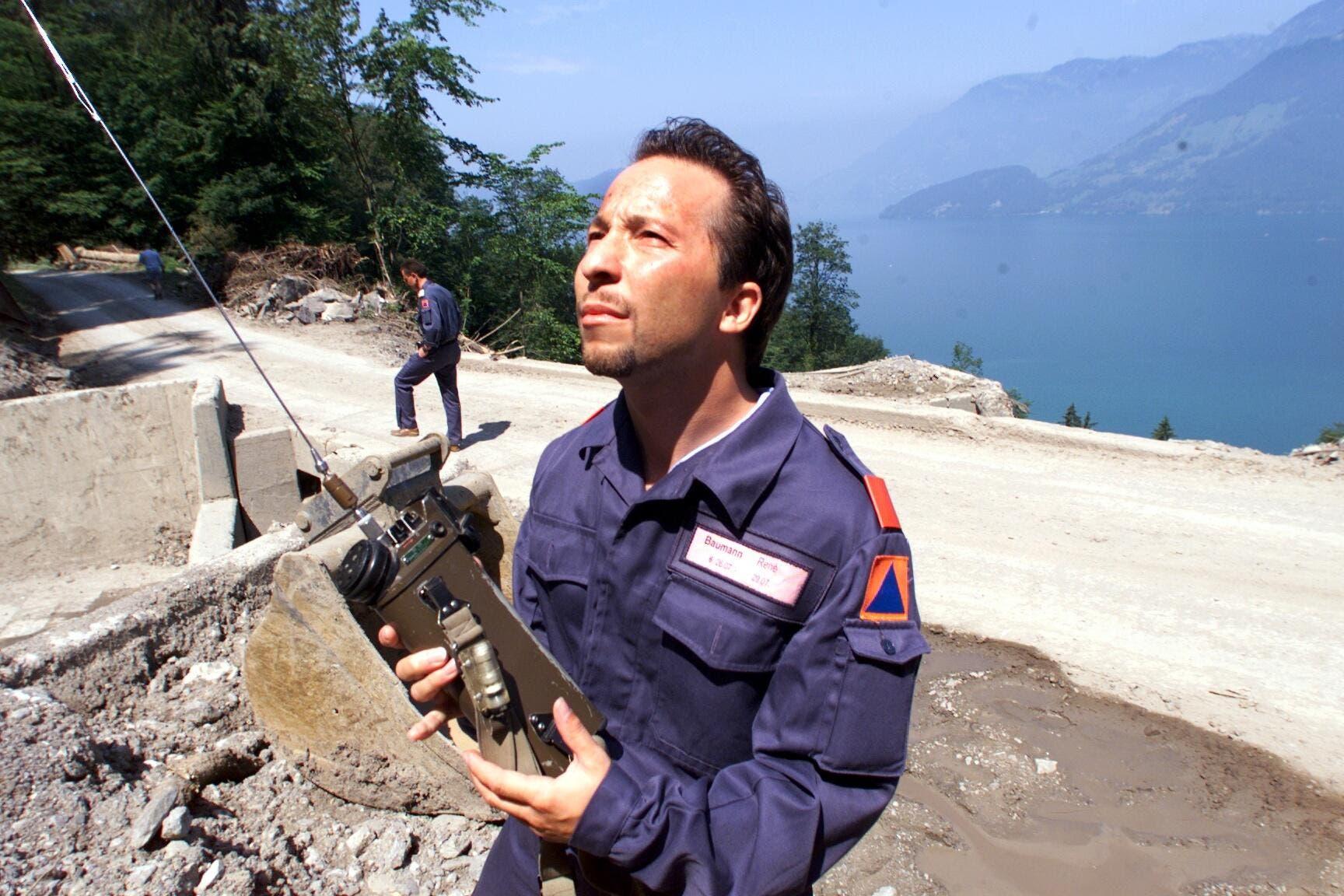 René Baumann, wie DJ Bobo zum bürgerlichen Namen heisst, leistete im Juli 1999 in Beckenried Zivilschutz und musste ein gefährliches Hanggebiet überwachen. (Bild: LZ Archiv)
