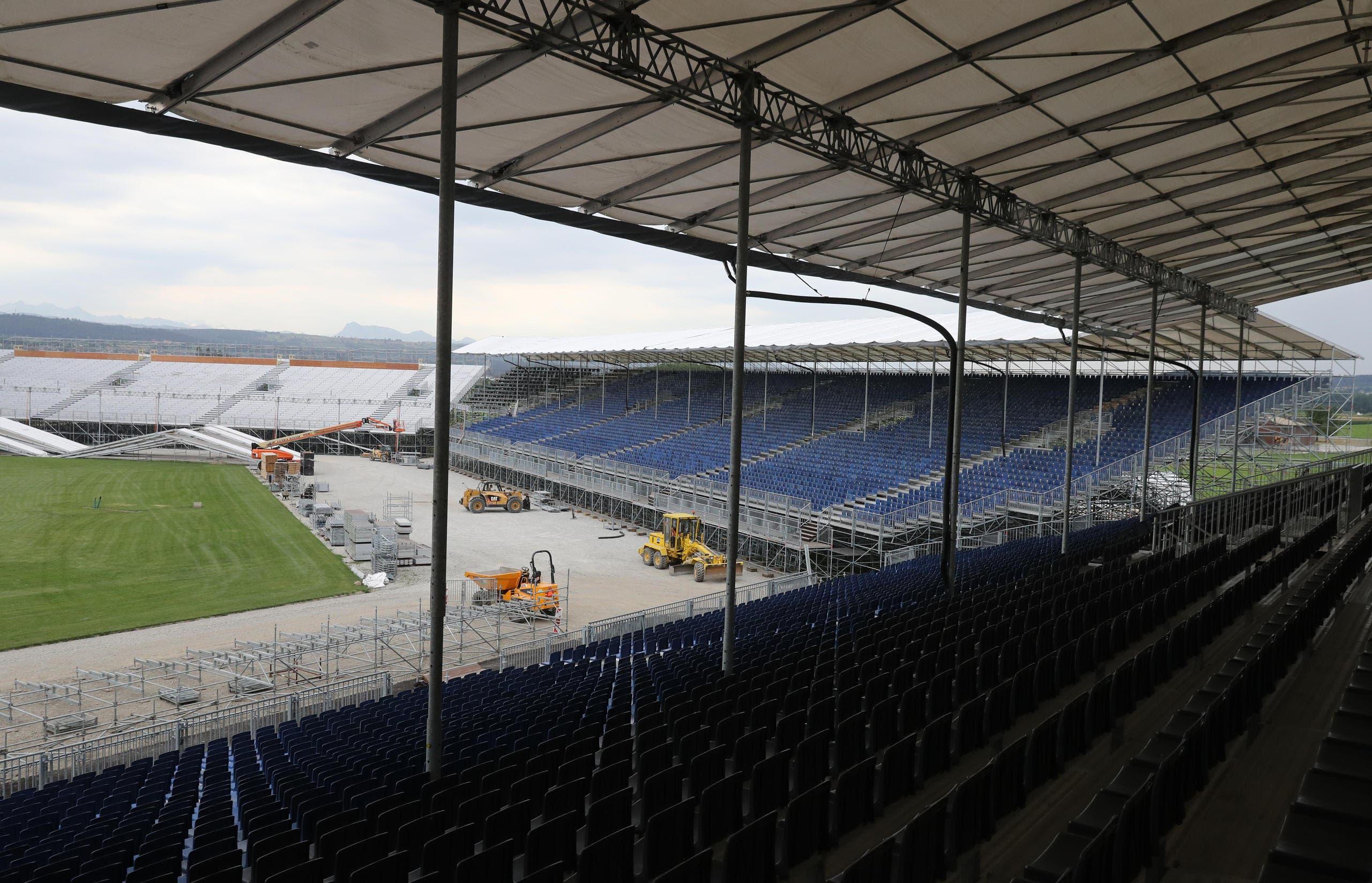 Impression von der grössten Stadion-Baustelle der Schweiz auf dem Militärflugplatz Payerne, wo die rekordgrosse Arena sowie die Festbauten aufgebaut werden. (Bild: Swiss Image / Andy Mettler)