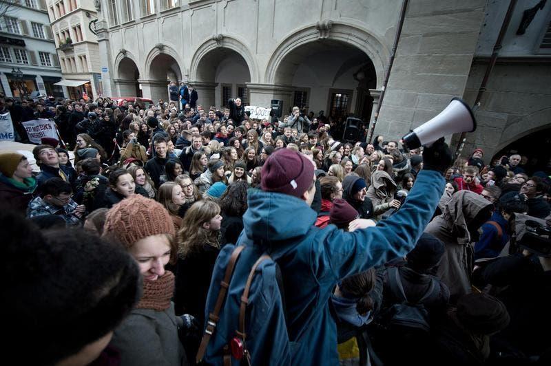 Mehrere hundert Schüler versammeln sich am 9. Dezember vor dem Luzerner Regierungsgebäude. (Bild: Pius Amrein / Neue LZ)