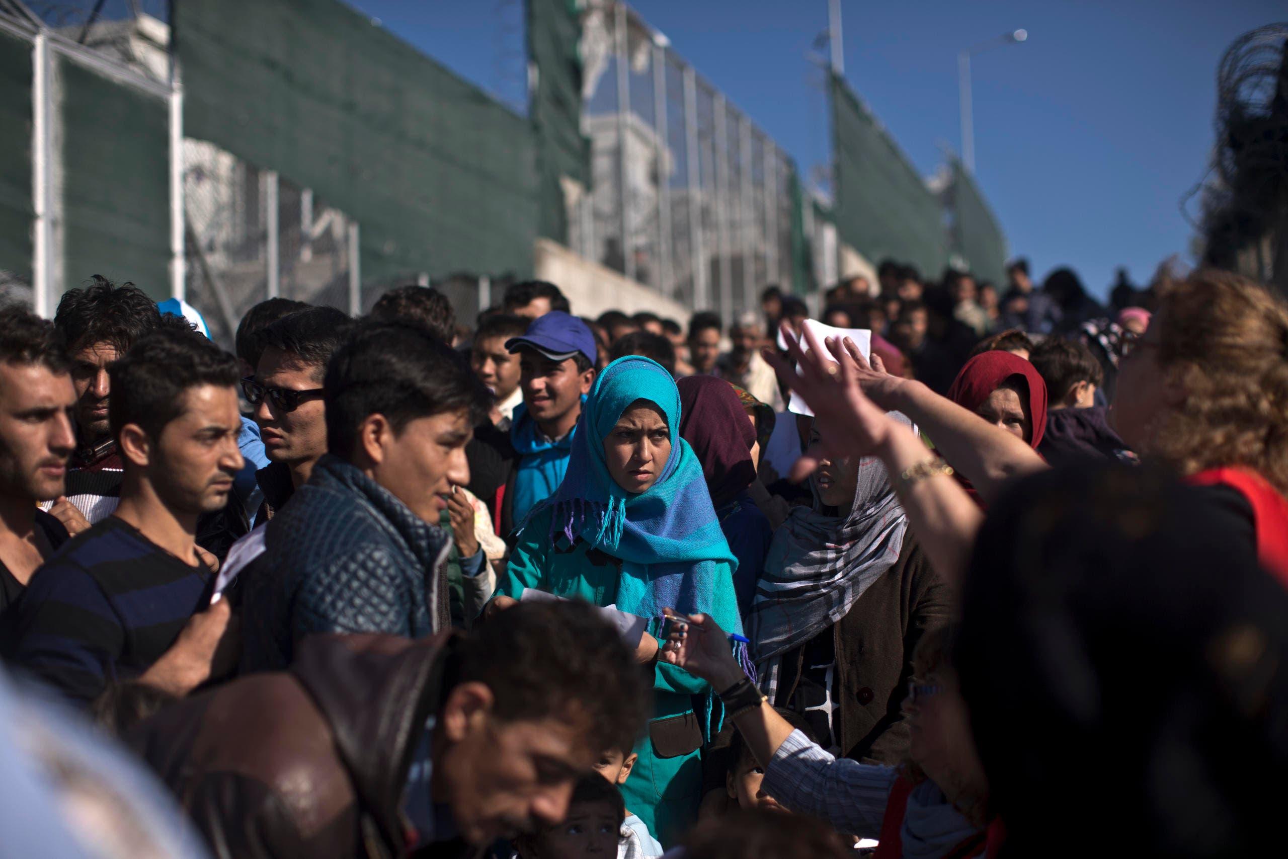 Flüchtlinge warten auf eine registration im «Hotspot» Moria. (Bild: AP/Marko Drobnjakovic)