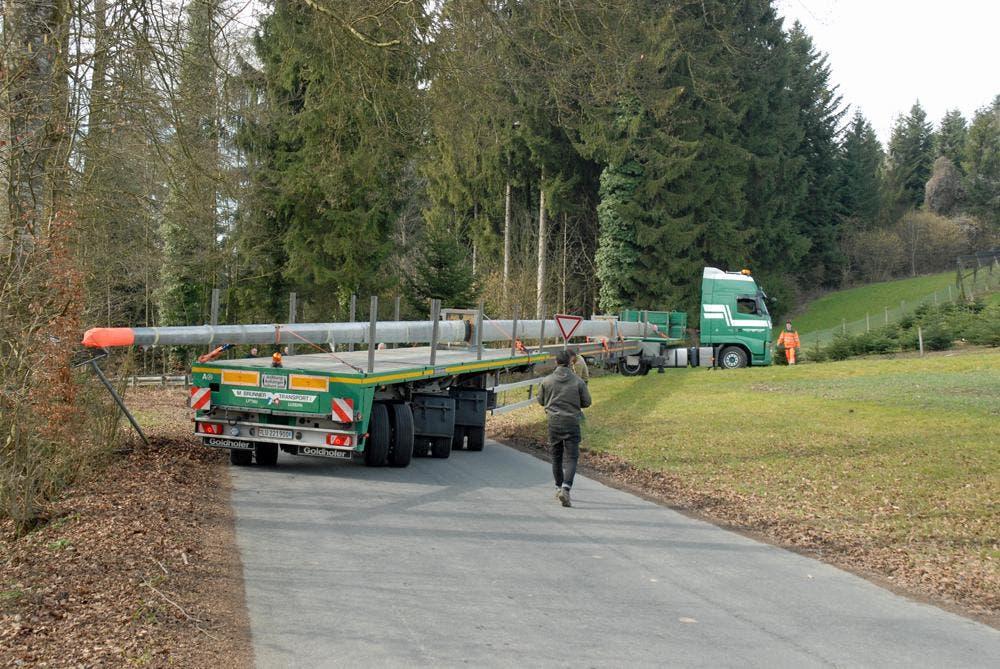 Der Chauffeur musste zuvor genau um die Kurve fahren, damit der 36 Meter lange Mast nicht beschädigt wird. (Bild: Verkehrshaus)