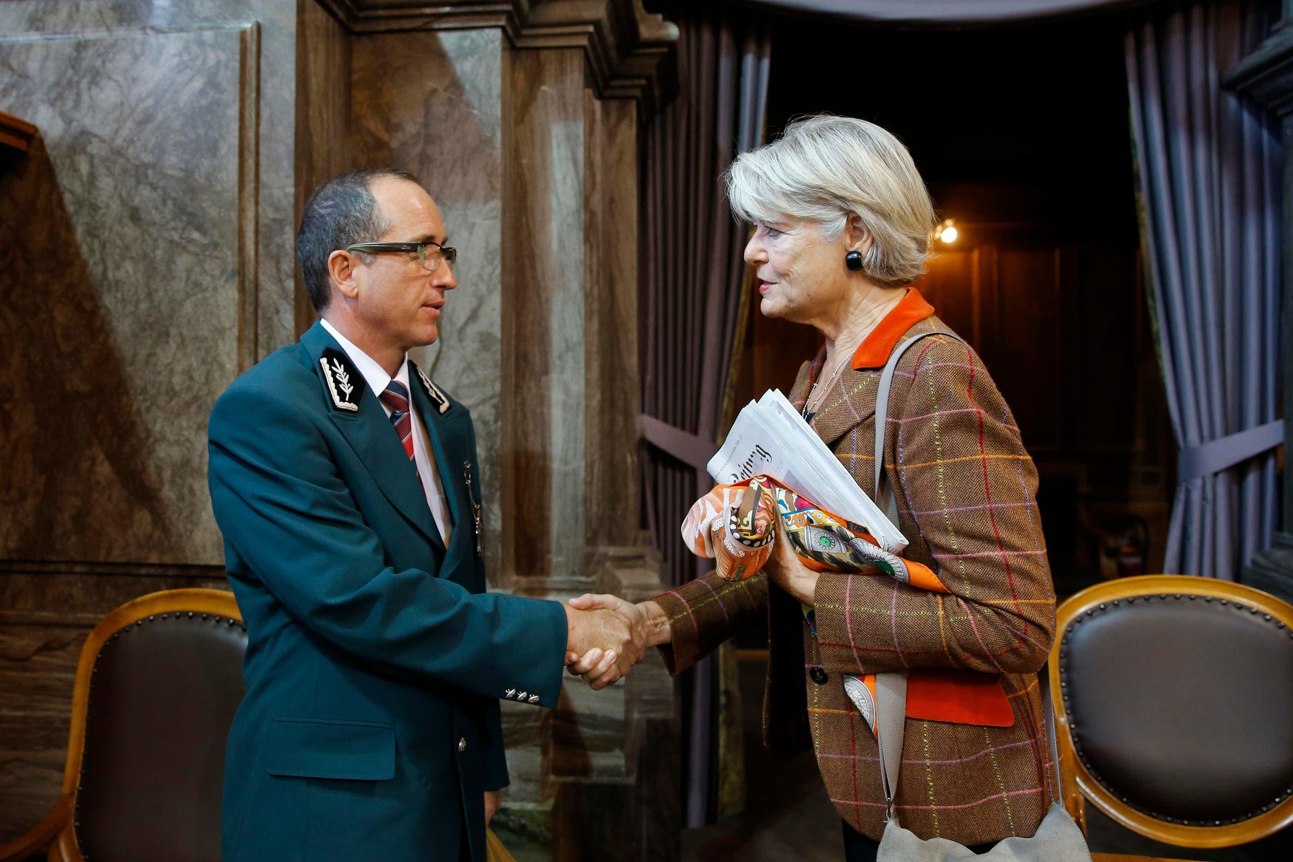 Ständerätin Verena Diener Lenz (GLP-ZH, rechts) verabschiedet sich von Ratsweibel Peter Truffer. (Bild: Peter Klaunzer / Keystone)