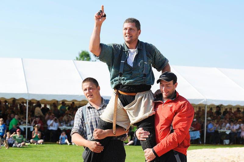 Sieger Martin Grab lässt sich feiern. (Bild: Maria Schmid/Neue ZZ)