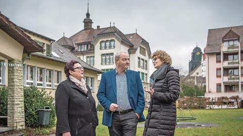 2020 soll hier die neue Überbauung stehen. Im Bild von links die beteiligten Parteien: Evelyne Huber (Kirchenratspräsidentin), Lucas Peter (Lupe AG) und Erna Bieri (Stadtpräsidentin). (Bild: Pius Amrein, Willisau, 21. Januar 2018)